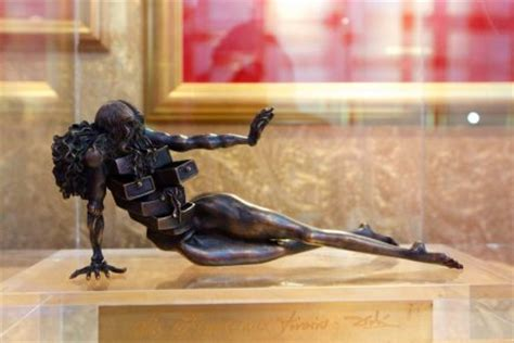 dali femme tiroir une sculpture de dali vol 233 e dans une exposition arts visuels