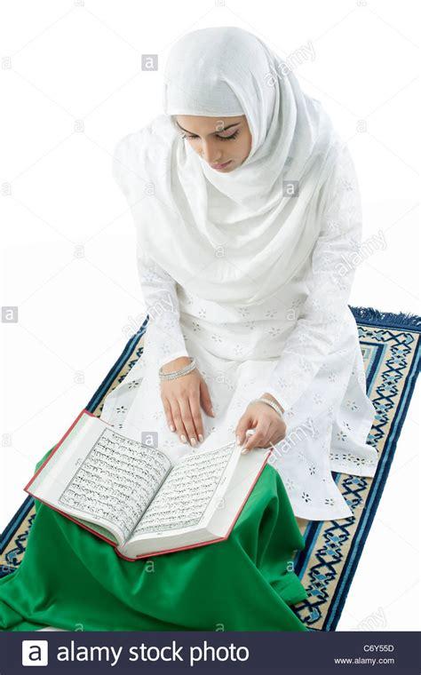 read quran woman reading quran www pixshark com images galleries