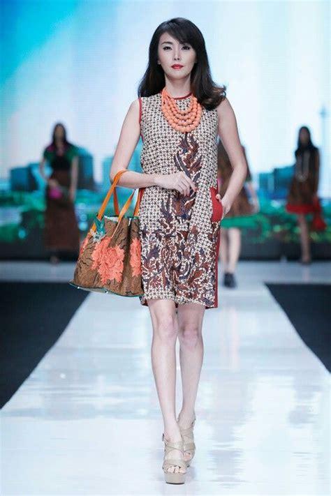 design gaun fashion show 19 model baju batik kerja wanita modis dan elegan