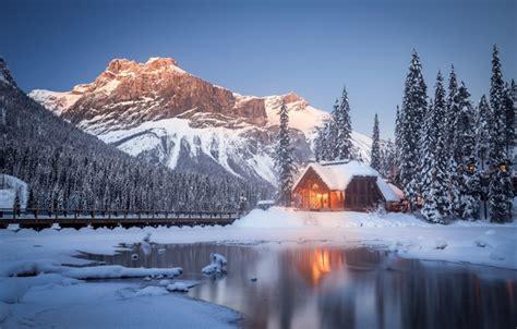 oboi zima sneg derevya gory ozero kanada domik