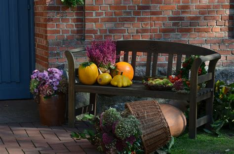 creating warm home decor for fall dig this design 13 great turkey day decorating ideas for your front porch