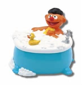 badewanne lustig kult lustige spardose ernie mit quietsche entchen in