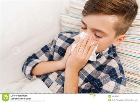 im liegen nase zu kranker junge der im bett liegt und zu hause seine nase