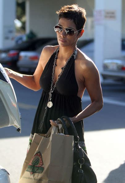 Halle Berry Makes Out With The Ground by Halle Berry Photos Photos Halle Berry Out And About In