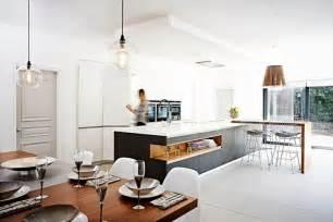 Délicieux Cuisine Blanche Et Taupe #3: cuisine-moderne-tendance-2015-ilot-central-espace-rangement-table-rectangulaire-chaises.jpg