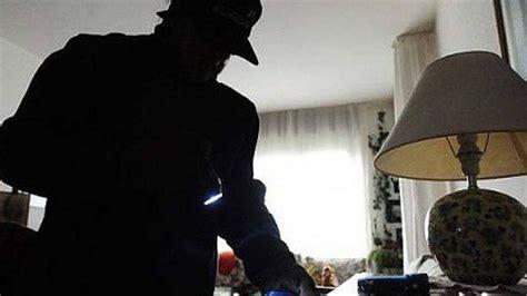 ladri in casa sorprende i ladri in casa aggredito da due malviventi a