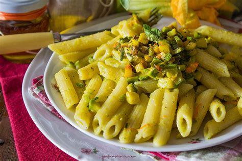 pasta con fiori di zucca e zafferano pasta cremosa con fiori di zucca zucchine e zafferano