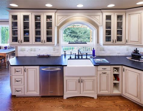 Farmhouse Style Kitchen Cabinets by Farm Style Kitchen Amp Family Room Traditional Kitchen