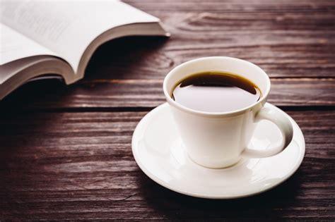 libro en cafe de la taza de caf 233 en una mesa de madera y un libro descargar fotos gratis