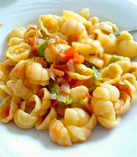 ricetta pasta e fiori di zucca pasta con fiori di zucca e pomodorini