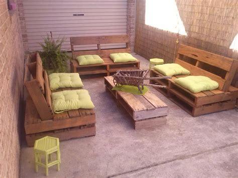 mobili con pedane di legno arredare con i pallet 41 idee per il riuso dei bancali di