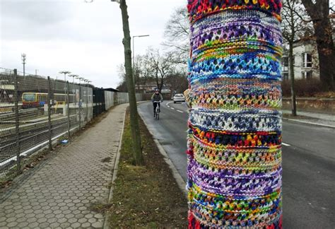 guerilla knitting realeyz guerilla knitting damit der laternenpfahl nicht