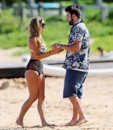 how does sheena from vanderpump rules curl her hair vanderpump rules scheana marie frolics on beach with new
