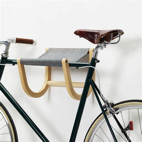 fahrrad wandhalterung holz ren 233 wandhalter f 252 r fahrrad aus holz und stoff in