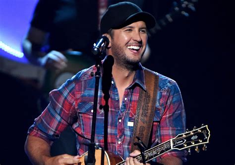 luke bryan assists police while on beach vacation sounds like nashville