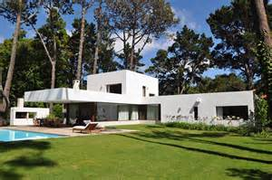 www freshome com beautiful l shaped vacation home surrounded by lush