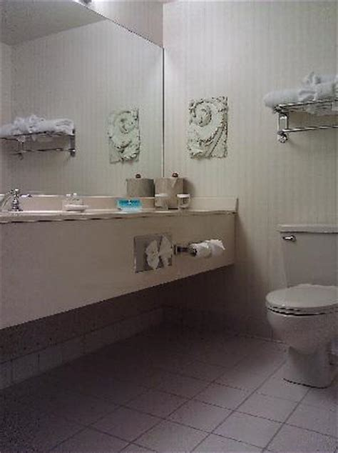 average size of a bathroom old zenith tube tv picture of holiday inn minneapolis