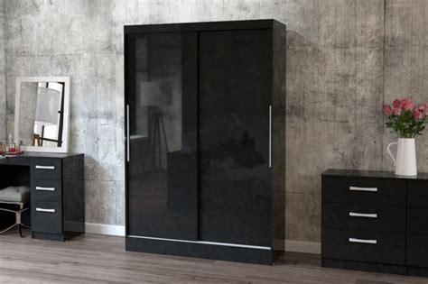 kleiderschrank schwarz holz schwarzer kleiderschrank verleiht dem schlafzimmer eine