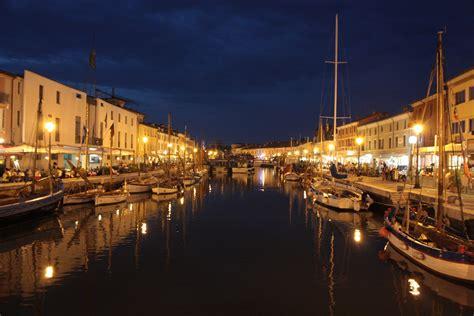 ristoranti sul porto canale cesenatico porto canale di notte viaggi vacanze e turismo turisti