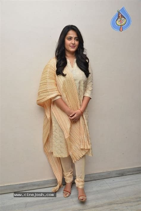 heroine anushka new photos anushka latest stills photo 9 of 14