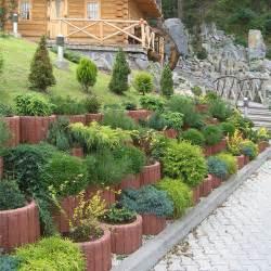 Parterre de fleurs surélevé et mur végétalisé en parpaings creux