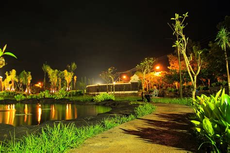 Teratai Merah Lombok taman tropis di pinggiran kota giri menang lombok barat