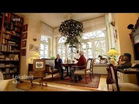 lokalzeit ruhr familie h 228 ngt weihnachtsbaum an die decke