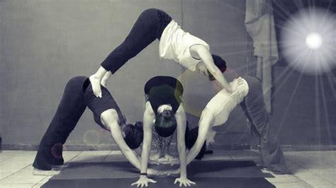 imagenes de yoga de tres personas ofrecemos clases de acro yoga para todos los niveles con