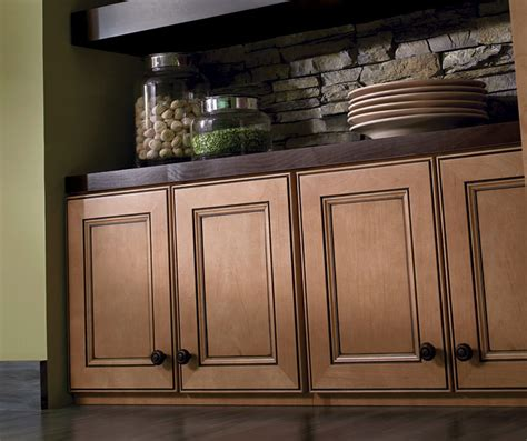light maple cabinets with glaze homecrest cabinetry