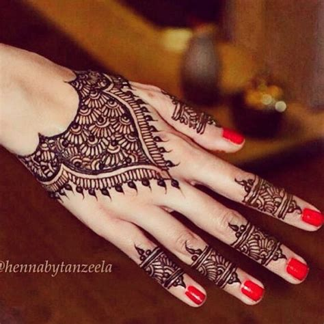 beautiful modern back of hand henna by hennabytanzeela