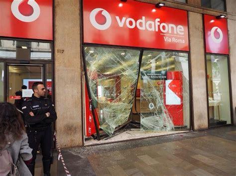 negozi di ladari a roma ladri in via roma sfondata la vetrina negozio vodafone