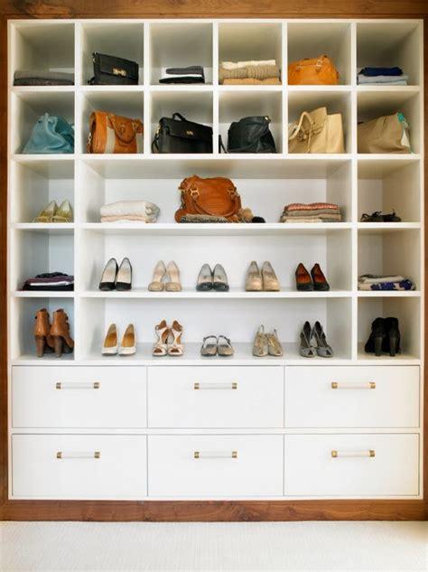 membuat rak sepatu di dinding ide tempat penyimpanan di dalam kamar desain kamar modern