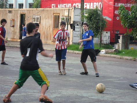imagenes de niños jugando futbol en la calle jugaste futbol callejero seguro conoces estas reglas