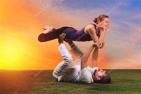 imagenes de yoga de tres personas las dos personas haciendo ejercicios de yoga foto de