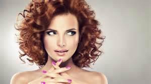 une femme qui change de coupe de cheveux