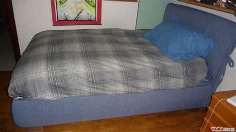 dormire con due cuscini letto in tessuto con due cuscini imbottiti come testata