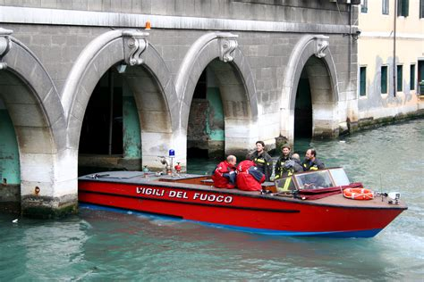 fire boat venice the fire department in venice italy fotos reisen