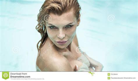 donna sotto la doccia ritratto di donna sotto la doccia fotografia stock