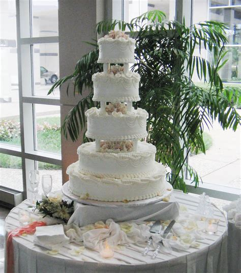 how big should a wedding cake be wedding cake before some friends of ours were
