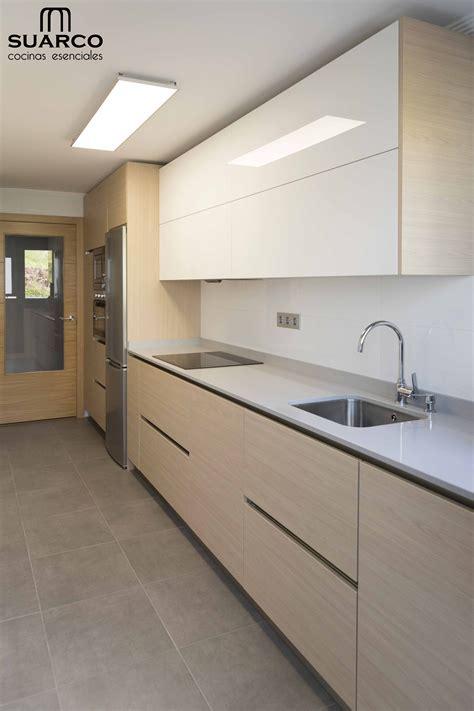 cocina moderna de estilo nordico blanco  madera