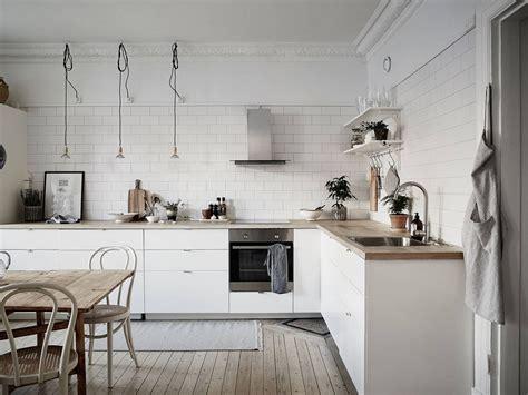 cocina nordica cocina n 243 rdica con baldosa metro y encimera de madera