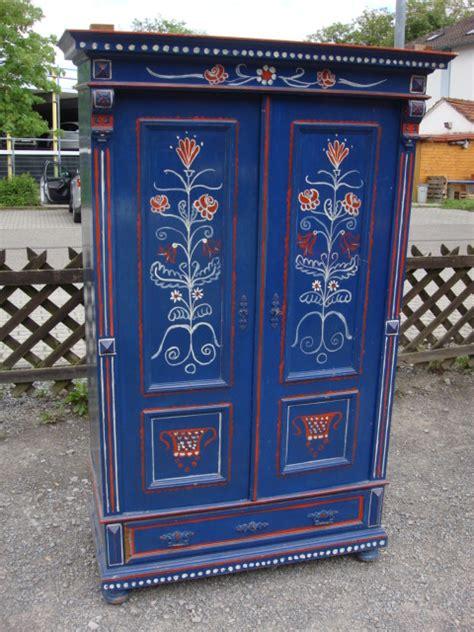 schrank bemalen kleiderschrank bauernschrank blau bemalt weichholz massiv