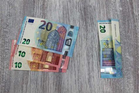 braut aus geldscheinen falten kreatives geldgeschenk hochzeitskissen mit gelddosen