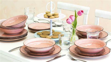 piatti e bicchieri colorati dalani piatti di design una tavola contemporanea e chic
