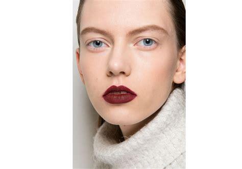 tips memilih warna lipstik untuk bibir hitam dan tebal 5 cara memilih warna lipstik yang tepat untuk bibir hitam