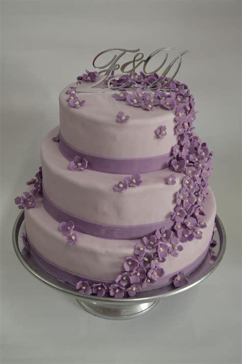 Brautpaar Für Torte by Eine Hochzeitstorte Mit 2 Etagen Mit Echten Blumen