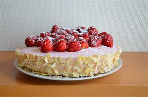 quark erdbeer kuchen aller anfang ist erdbeer quark torte in herzform