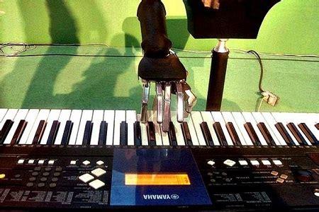 toca el piano interpreta joven crea un robot que toca el piano el diario ecuador