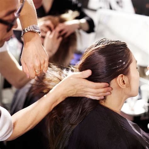 How Much To Tip Hair Dresser by The Right Way To Tip For A Service