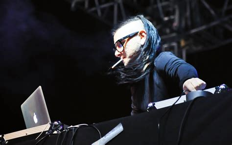 Alat Dj Dubstep skrillex a cigarette while performing wallpapers